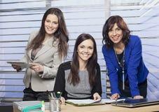 Stående av tre attraktiva kvinnliga kollegor royaltyfri foto
