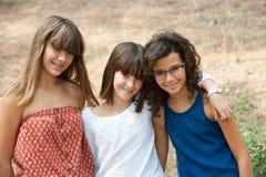 Stående av tre gulliga tonårs- flickor. Arkivbilder