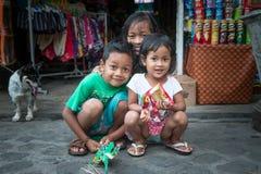 Stående av tre indonesiska syskon som poserar för ett fotografi Royaltyfria Foton