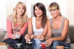 Tre kvinnor på teatime Fotografering för Bildbyråer