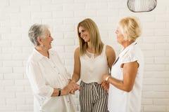 Stående av tre utvecklingar av kvinnor i den samma familjen Arkivfoton