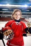 Stående av trofén för vinnare för flickaspelareishockey royaltyfri foto