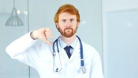 Stående av tummar ner vid doktorn i klinik Royaltyfri Foto