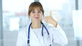 Stående av tummar upp vid den kvinnliga doktorn i klinik Fotografering för Bildbyråer