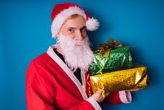 Stående av tunna Santa Claus med julgåvor Lyckliga Santa Claus är hållande gåvaaskar Santa Cla royaltyfri foto