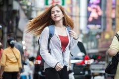 stående av turist- handelsresande s för lyckliga härliga unga asiatiska kvinnor royaltyfri bild