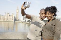 Stående av turist- par på Westminster. Royaltyfri Foto