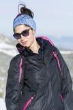 Stående av turistkvinnan som tycker om vintersolen Royaltyfri Bild
