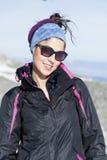 Stående av turistkvinnan som tycker om vintersolen Arkivfoto