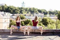 Stående av två ballerina på taket Arkivfoto