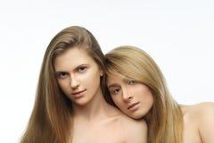 Stående av två blonda attraktiva caucasian kvinnor, studioskott Royaltyfria Bilder
