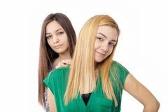 Stående av två blonda attraktiva tonårs- flickor - och brunetten Royaltyfri Foto