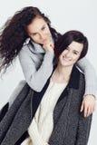 Stående av två flickor i varm vinterkläder arkivbild