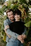 Stående av två gullig modern Caucasian härlig ung vuxen människa Guy Boyfriend Lady Girlfriend Couple som kramar och kysser som ä royaltyfria foton