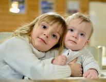 Stående av två gulliga lilla systrar Royaltyfri Fotografi