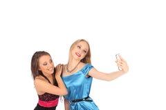 Stående av två härliga flickor som gör selfies royaltyfri foto