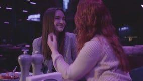 Stående av två härliga lesbiska par tillsammans i blått ljus En flicka som trycker på ett hår av hennes flickvän, hennes rött arkivfilmer