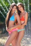 Stående av två härliga sexiga flickor på stranden i sommar Arkivbilder
