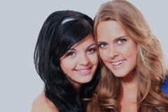 Stående av två härliga sexiga kvinnor Isolerat på vit Arkivfoton