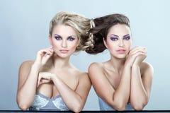 Stående av två härliga sexiga unga kvinnor. Royaltyfri Fotografi