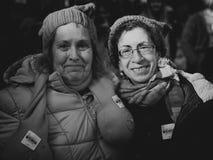 Stående av två kvinnor i Iowa City Arkivfoto