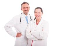 Stående av två le medicinska arbetare arkivfoton
