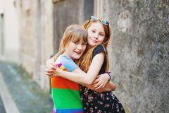 Stående av två lite 10 åriga flickor Royaltyfri Bild