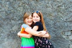 Stående av två lite 10 åriga flickor Arkivbild