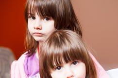 Stående av två litet barnsystrar Arkivbilder