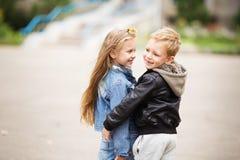 Stående av två lyckliga barn - pojke och flicka Arkivbild