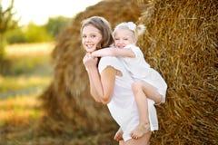 Stående av två lyckliga systrar Royaltyfria Foton