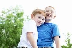 Stående av två pojkar i sommaren utomhus royaltyfri bild