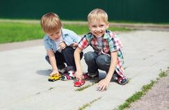 Stående av två pojkebarn som spelar samman med leksaker Royaltyfri Bild