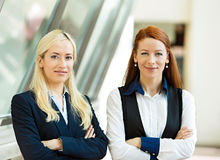 Stående av två säkra lyckliga affärskvinnor Royaltyfri Fotografi
