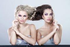 Stående av två sexiga kvinnor. Arkivfoto