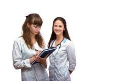 Stående av två sjuksköterskor Arkivfoto