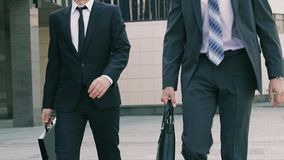 Stående av två stiliga affärsmän som går till mötet och tillsammans pratar stock video