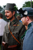 Stående av två stiliga män i historiska dräkter Arkivbilder