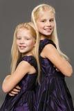 Stående av två systrar Fotografering för Bildbyråer