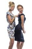 Stående av två systrar som tillbaka trycker på Arkivfoton