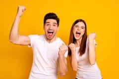 Stående av två trevliga attraktiva älskvärda charmiga gladlynta glade personer som har lycklig bästa lycka för rolig lotteriseger royaltyfri foto