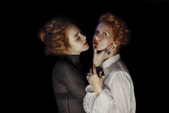 Stående av två ung flickamodemodeller med ursnyggt lockigt arkivbilder