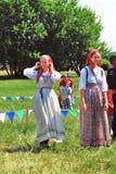 Stående av två unga le kvinnor i historiska dräkter Fotografering för Bildbyråer