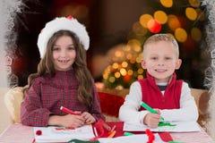 Stående av två ungar som skissar i teckningsbok Arkivfoto