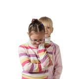 Stående av två vita flickor med blont hår Royaltyfri Fotografi