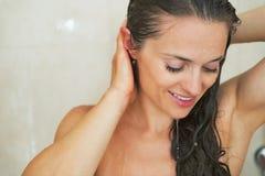Stående av tvagningen för ung kvinna i dusch Royaltyfria Bilder