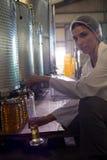 Stående av undersökande olivolja för kvinnlig tekniker royaltyfria foton