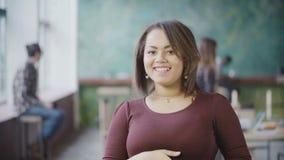Stående av ung lyckad kvinnlig anställd Afrikansk kvinnaentreprenörarbetare i det upptagna kontoret, blickar på kameran, leende Arkivbilder