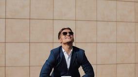 Stående av ung säker affärsmanavrivning lagliga dokument Mannen avgår från hans jobb och ler på kameran stock video