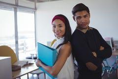 Stående av unga affärskollegor på kontoret arkivfoto